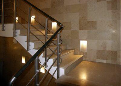 Лестница и облицовка  стен известняк Uma Beige