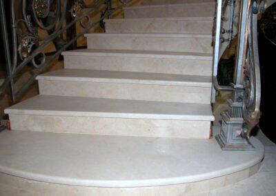 Мраморная лестница. Мрамор Creme Marfil+Alicante
