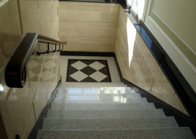 Гранитная лестница.  Стены - мраморная облицовка.