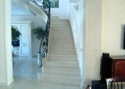 Мраморная лестница. Мрамор Crema Marfil