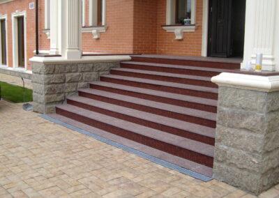Лестница из гранита Carmen Red. Проступь - фактура термо, подступенок - полировка